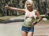Sexy Blondine als Straßenstopper
